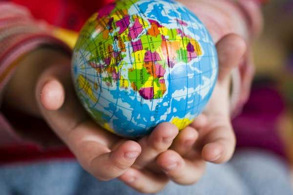 Globus, Weltkugel in Kinderhänden